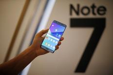 Новый смартфон Galaxy Note 7 на церемонии запуска в Сеуле. Превзошедший ожидания спрос на новый Galaxy Note 7 от компании Samsung Electronics Co Ltd рискует оказаться сильнее предложения, сообщил южнокорейский технологический гигант, пытающийся нарастить производство.  REUTERS/Kim Hong-Ji