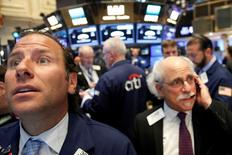Трейдеры на Уолл-стрит. Фондовые индексы США незначительно снижаются в начале торгов среды, поскольку инвесторы заняли выжидательную позицию в преддверии пятничного выступления главы ФРС Джанет Йеллен, рассчитывая получить новые указания относительно сроков следующего повышения процентных ставок.  REUTERS/Brendan McDermid