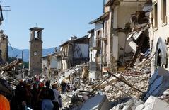 Люди у обрушенных землетрясением зданий в Аматриче в центре Италии 24 августа 2016 года. По меньшей мере 73 погибли в результате мощного землетрясения в ночь на среду. REUTERS/Stefano Rellandini
