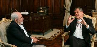 El Ministro de Relaciones Exteriores de Irán, Mohammad Javad Zarif, en una reunión con el presidente de Ecuador, Rafael Correa, en el Palacio de Carondelet, en Quito, Ecuador. 24 de agosto de 2016. Ecuador e Irán mantuvieron conversaciones sobre el fortalecimiento de su posición frente al mercado petrolero, dijo el miércoles el canciller iraní, en momentos en que los países de la OPEP buscan retomar acciones para apuntalar el precio del crudo. REUTERS/Guillermo Granja