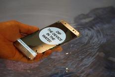 Teste de função à prova d'água do  Galaxy Note 7 durante lançamento em Seul, Coreia do Sul 11/08/2016 REUTERS/Kim Hong-Ji/File Photo