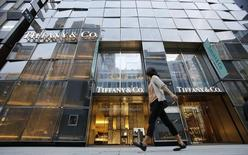 Tiffany, à suivre jeudi à la Bourse de New York, a vu ses ventes du deuxième trimestre à périmètre comparable fléchir plus que les analystes ne l'anticipaient en raison d'une diminution de la fréquentation touristique et d'un dollar fort. L'action perd 2,7% à 67 dollars en avant-Bourse. /Photo d'archives/REUTERS/Toru Hanai
