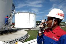 Maurel & Prom a annoncé jeudi la finalisation de la première étape de sa cession à la compagnie nationale pétrolière indonésienne Pertamina. Pertamina a acquis la participation de 24,53% du capital de Maurel & Prom détenus par Pacifico, la société de son président Jean-François Henin, a fait savoir le groupe pétrolier français. /Photo prise le 5 août 2016/REUTERS/Antara Foto/Irsan Mulyadi