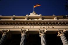 El Ibex-35 de la bolsa española abrió el viernes con una leve caída, en línea con otros mercados europeos, en una volátil sesión en la que imperaba la cautela antes de un esperado discurso que pronunciará por la tarde la presidenta de la Reserva Federal. En la imagen de archivo, una bandera española ondea en el edificio de la Bolsa de Madrid. REUTERS/Juan Medina