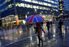Trabajadores caminando en un distrito comercial en Canary Wharf, Londres. 11 de noviembre de 2013. Las calles de Reino Unido están colmadas de compradores, las grandes empresas reportaron pocas señales de complicaciones y algunos diarios incluso hablan de un auge económico post-Brexit, pese a la consternación inicial tras la votación de junio a favor de la salida británica de la Unión Europea. REUTERS/Eddie Keogh/File Photo