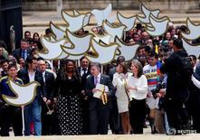El presidente de Colombia, Juan Manuel Santos (centro), y la Primera Dama María Clemencia de Santos, a su llegada al Congreso en Bogotá para entregar al presidente del legislativo el texto del acuerdo de paz logrado con las FARC, 25 de agosto de 2016. La implementación exitosa del histórico acuerdo de paz firmado por el Gobierno de Bogotá y las Fuerzas Armadas Revolucionarias de Colombia (FARC) tendrá beneficios a mediano y largo plazo en la economía del país, dijo el viernes la agencia calificadora Fitch. REUTERS/John Vizcaino