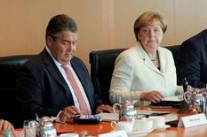 El ministro de Economía de Alemania, Sigmar Gabriel, y la canciller Angela Merkel asisten a una reunión de Gabinete en Berlín. Agosto, 2016. REUTERS/Stefanie Loos