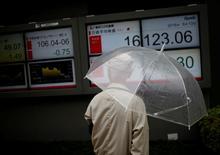 Un hombre mira una pantalla que muestra la variación del índice Nikkei, afuera de una correduría en Tokio, Japón. 13 de junio de 2016. El índice Nikkei de la bolsa de Tokio trepó el lunes a un máximo en una semana y media luego de que la presidenta de la Reserva Federal de Estados Unidos, Janet Yellen, sugirió el viernes que un alza de las tasas de interés sigue siendo posible este año. REUTERS/Issei Kato