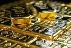 Слитки золота на заводе 'Oegussa' в Вене. 18 марта 2016 года. Золото подешевело почти до пятинедельного минимума в понедельник после того, как комментарии чиновников ФРС США повысили вероятность скорого повышения процентных ставок. REUTERS/Leonhard Foeger