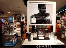 Chanel n'a pas été épargné par les vents contraires qui soufflent sur le marché mondial du luxe et a vu ses résultats décrocher en 2015. /Photo prise le 10 juin 2016/REUTERS/Eric Gaillard