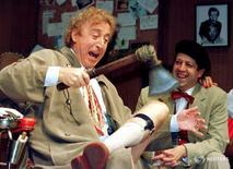 """El actor estadounidense Gene Wilder (izquierda) en una actuación con su compatriota Rolf Saxon, durante el ensayo de una escena de """"Laughter on the 23rd Floor"""" de Neil Simon, en Nueva York, 2 de octubre de 1996. REUTERS/Shawn Baldwin/Foto de archivo"""