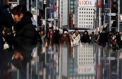El gasto familiar de Japón cayó menos que lo esperado en julio y la tasa de desempleo y tocó un mínimo de dos décadas, ofreciendo algo de esperanza a los funcionarios que luchan por sacar a la tercera mayor economía de su estancamiento. En la foto de archivo, gente en una calle en el distrito comercial de Ginza en Tokio el 15 de febrero de 2015.REUTERS/Yuya Shino