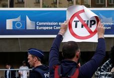 Las actuales negociaciones comerciales entre la UE y Estados Unidos deberían detenerse y comenzar de nuevo, dijo el martes el ministro de Comercio francés, sumándose a los llamamientos alemanes de que terminen las conversaciones. En la imagen, un manifestante sujeta una pancarta durante una protesta fuera del centro de congresos donde se esperaba que los negociadores se reuniesen para la 14º ronda de negocaciones del TTIP en Bruselas, Bélgica, el 12 de julio de 2016. REUTERS/Francois Lenoir