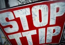 Un graffiti de un cartel contra el acuerdo TTIP fotografiado en Fráncfort, Alemania. 21 de julio de 2016. Las actuales negociaciones comerciales entre la Unión Europea y Estados Unidos deberían detenerse y comenzar de nuevo, dijo el martes el ministro de Comercio francés, sumándose a los llamamientos alemanes de que terminen las conversaciones. REUTERS/Ralph Orlowski