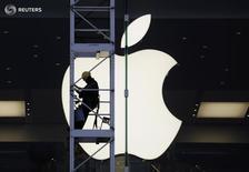 Рабочий у магазина Apple в Гонконге 10 апреля 2013 года. Антимонопольный регулятор ЕС во вторник предписал американской Apple выплатить до 13 миллиардов евро ($14,5 миллиарда) налогов и процентов правительству Ирландии, тогда как последняя возражает. REUTERS/Bobby Yip