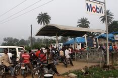 Очередь на АЗС в Ахаоде, Нигерия, 6 декабря 2012 года. Группа боевиков заявила во вторник о нападении на государственный нефтепровод в Нигерии, где атаки на добывающие мощности приводили к снижению общей добычи и влияли на мировые котировки черного золота. REUTERS/Akintunde Akinleye/File Photo