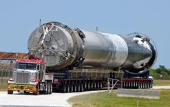 SpaceX, la société fondée par Elon Musk, a signé pour la première fois un contrat avec un exploitant de satellites prévoyant l'utilisation d'un lanceur ayant déjà effectué une mission dans l'espace. /Photo d'archives/REUTERS/Joe Skipper/File Photo