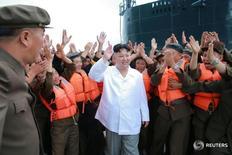 Фотография ЦТАК, на которой лидер КНДР Ким Чен Ын запечатлен во время испытаний баллистической ракеты 25 августа 2016 года. Северокорейские власти казнили отвечавшего за образование вице-премьера и вынесли выговор двум высокопоставленным чиновникам, сообщил представитель Южной Кореи, что может означать начало новой волны чисток в руководстве страны лидером КНДР Ким Чен Ыном. REUTERS/KCNA
