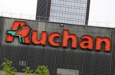 Auchan Holding a publié mercredi des résultats semestriels en forte baisse, plombé par un recul en Russie où le distributeur est rattrapé par la crise qui frappe le pays. /Photo prise le 5 août 2016/REUTERS/Jacky Naegelen