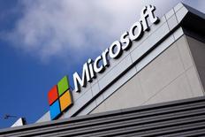 Microsoft, à suivre mercredi à Wall Street, alors que trois mois après avoir annoncé la fermeture de son portail internet MSN China, le géant des logiciels a finalement décidé de le vendre à des intérêts chinois. /Photo d'archives/REUTERS/Lucy Nicholson