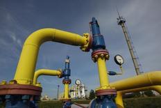 Трубы на территории подземного газового хранилища в Львовской области. 30 сентября 2014 года. Украина, ожидающая холодную зиму, решила к началу отопительного сезона увеличить объем газа в подземных хранилищах до 17 миллиардов кубометров, а не до первоначально планировавшихся 14 миллиардов, сказал первый вице-премьер в среду. REUTERS/Valentyn Ogirenko