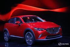 Автомобиль Mazda CX-3 на автошоу в Лос-Анджелесе 19 ноября 2014 года. Японский автопроизводитель Mazda Motor Corp сообщил в четверг о намерении отозвать в общей сложности 2,3 миллиона автомобилей по всему миру из-за возможных неисправностей багажника, а также из-за проблем с дизельными двигателями. REUTERS/Mario Anzuoni