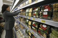 Женщина в магазине в Москве 28 ноября 2014 года. Банк России за две недели до заседания совета директоров по ключевой ставке сообщил, что инфляционные ожидания населения в августе 2016 года заметно снизились. REUTERS/Sergei Karpukhin