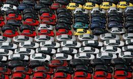 Las ventas de coches subieron con fuerza en agosto pese a  expirar a finales de julio el octavo y último plan de subvenciones públicas para la renovación de coches con una antigüedad superior a los 10 años. En la imagen de archivo, coches en el puerto de Valencia.  REUTERS/Victor Fraile/File Photo