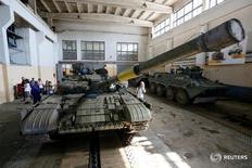 Танк и БТР на заводе в Киеве 29 августа 2016 года. Киев и сепаратисты подтвердили, что обе стороны впервые за много месяцев соблюдают договоренности о полном прекращении огня с полуночи 1 сентября в зоне вооруженного конфликта на востоке Украины. REUTERS/Valentyn Ogirenko