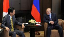 Президент России Владимир Путин (справа) и японский премьер Синдзо Абэ на встрече в Сочи 6 мая 2016 года. Токио надеется, что углубление экономических связей с Россией приведет к укреплению стратегических отношений на фоне роста влияния Китая, но скептики сомневаются, что подобный подход спровоцирует прорыв в территориальном споре продолжительностью в несколько десятилетий. Michael Klimentyev/Sputnik/Kremlin via Reuters