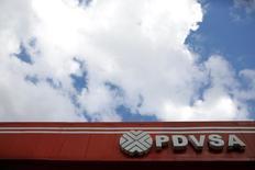 El logo de la compañía PDVSA en una estación de servicio en Caracas el 10 de agosto de 2016. La refinería venezolana Cardón, la segunda mayor del país petrolero, fue afectada la madrugada del jueves por una falla eléctrica, informó la estatal Petróleos de Venezuela (PDVSA) en un comunicado. REUTERS/Marco Bello