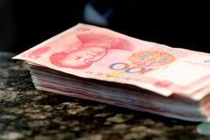 Billetes de 100 yuanes chinos vistos en un banco comercial en Pekín, China. 30 de marzo de 2016. El yuan chino se ha mantenido relativamente estable pese a las recientes fluctuaciones de precios, dijo Yi Gang, vicegobernador del Banco Popular de China (PBOC) el jueves.  REUTERS/Kim Kyung-Hoon/File Photo