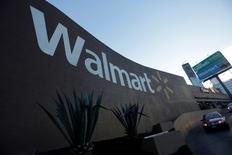 Vista del exterior de una tienda Wal-Mart en Monterrey, México. 10 de agosto de 2016. La compañía Wal-Mart Stores Inc recortará unos 7.000 empleos administrativos, en su mayoría puestos de contabilidad y facturación, en sus tiendas de todo el país, informó el diario The Wall Street Journal el jueves. REUTERS/Daniel Becerril