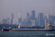 Нефтяные танкеры у берегов Сингапура 8 июня 2016 года. Цены на нефть упали более чем на 2 процента в четверг, готовясь к максимальному с января недельному снижению, так как инвесторы проигнорировали слухи о том, что ОПЕК может заморозить добычу, и сфокусировались на перенасыщении рынка, усугубляемом увеличением запасов в США. REUTERS/Edgar Su/File Photo
