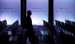 El grupo chino HNA ha presentado una demanda ante los tribunales para impugnar la junta de accionistas del grupo hotelero NH en la que se acordó la expulsión de los cuatro consejeros nombrados por el grupo chino y sustituirlos por cuatro independientes, dijo el jueves NH en un  comunicado. En la imagen,  un accionista de NH llega a la junta de accionistas en Madrid, el 21 de junio de 2016. REUTERS/Paul Hanna