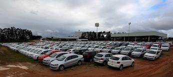Carros novos estacionados em pátio da Volkswagen em Taubaté, Brasil 19/06/2015 REUTERS/Paulo Whitaker