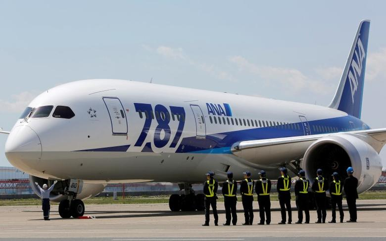 Employees of All Nippon Airways (ANA) queue in front of the company's Boeing 787 Dreamliner plane after its test flight at Haneda airport in Tokyo April 28, 2013. REUTERS/Yuya Shino/File Photo
