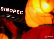 Логотип Sinopec на заправке в Гонконге 5 февраля 2013 года. Крупнейшая российская нефтекомпания Роснефть и китайская Sinopec договорились оценить экономику совместного строительства нефтегазохимических мощностей в Восточной Сибири, сообщила Роснефть в пятницу. REUTERS/Bobby Yip/File Photo