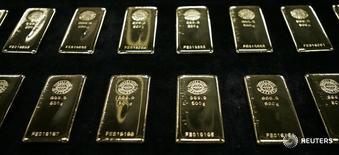 Слитки золота на заводе Tanaka Kikinzoku Kogyo в Японии 20 августа 2009 года. Цены на золото подскочили на процент после публикации не оправдавшей прогнозов статистики США о занятости. REUTERS/Michael Caronna