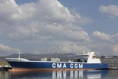 L'armateur français CMA CGM, numéro trois mondial du transport de conteneurs, a subi une nouvelle perte nette trimestrielle et a dit vendredi qu'il comptait décaler la livraison de navires et réduire ses investissements dans un marché en crise.. /Photo prise le 14 mars 2016/REUTERS/Jean-Paul Pélissier