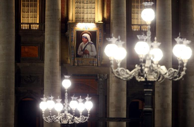 A tapestry picturing Mother Teresa hangs from the central balcony of St. Peter's Basilica at the Vatican, September 1, 2016. REUTERS/Stefano Rellandini