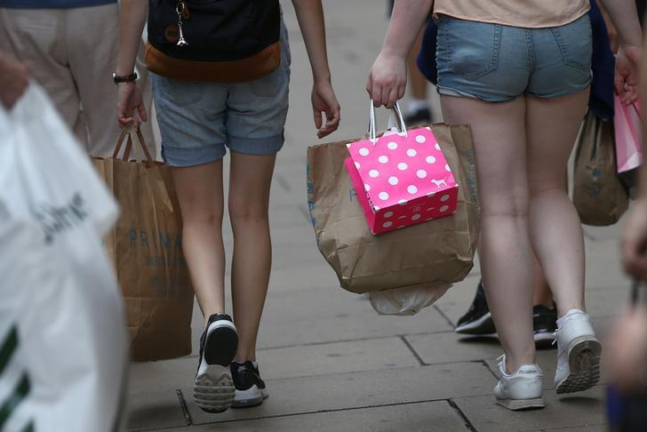 Shoppers carry bags in London, Britain August 25, 2016. REUTERS/Neil Hall/File Photo