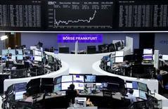 Las bolsas europeas subían el lunes a un máximo de cuatro meses, mientras la empresa de telecomunicaciones SFR lideraba las alzas después de que Altice hiciera una oferta por el resto de las acciones de SFR que no posee. En la foto, operadores en la Bolsa de Fráncfort el 2 de septiembre de 2016. REUTERS/Staff/Remote