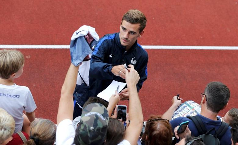 Football Soccer - France Training - Domaine de Montjoye, Clairefontaine, France - 29/8/16 French player Antoine Griezmann signs autographs as he arrives for a training session   REUTERS/Regis Duvignau