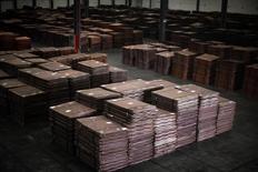 Cátodos de cobre, vistos en un almacen cerca del puerto Yangshan Deep Water, al sur de Shanghái, 23 de marzo de 2012. El cobre cotizó cerca de mínimos de dos meses el lunes debido a que el incremento en las existencias afectó la confianza a largo plazo, mientras que el zinc escaló a máximos de 15 meses. REUTERS/Carlos Barria