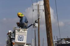 Un trabajador reparando postes eléctricos en San José del Cabo, México, sep 14, 2014. La inflación interanual de México se habría acelerado hasta agosto por aumentos en los precios de las gasolinas, gas natural, electricidad y servicios educativos, según un sondeo de Reuters.  REUTERS/Henry Romero