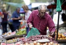 Una persona comprando vegetales en un mercado en el centro de Montevideo, mar 9, 2016. El índice de precios minoristas en Uruguay subió un0,57por ciento en agosto, informó ellunes el Gobierno, superando las expectativas de los analistas.  REUTERS/Andres Stapff