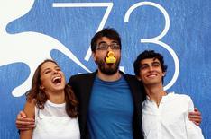 Diretor Roan Johnson (C) com os atores Blu Yoshimi e Luigi Fedele em Veneza. 5/9/2016.  REUTERS/Alessandro Bianchi