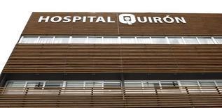 Fresenius ha llegado a un acuerdo para comprar la cadena española de hospitales privados Quirónsalud por 5.760 millones de euros, en una operaciónn que refuerza la posición del grupo alemán como el mayor del sector en Europa. En esta imagen de archivo, el hospital Quirón de Barcelona, España, el 8 de junio de 2009. REUTERS/Albert Gea