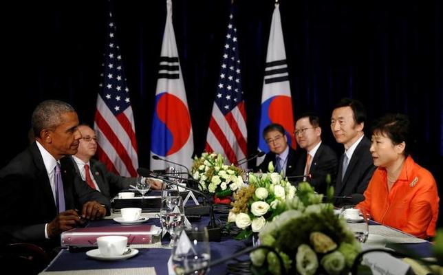 South Korea's Park Geun-hye (R) attends a bilateral meeting with U.S. President Barack Obama (L), on the sidelines of the ASEAN Summit, in Vientiane, Laos September 6, 2016. REUTERS/Jonathan Ernst